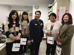 歡慶婦女節 永和警分局長送花、面膜表達敬意