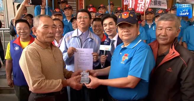 龍介仙偕柚農與通路商簽約文旦外銷,並現場支付50萬訂金。
