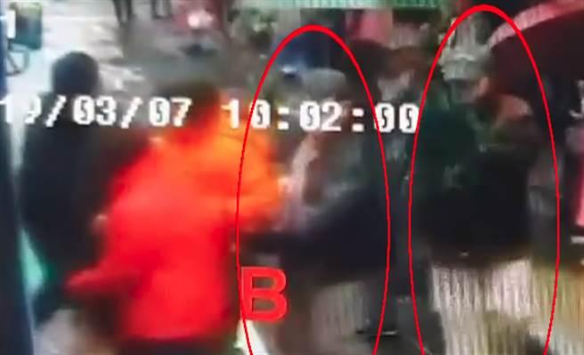 基隆出現三人一組的扒竊集團,專挑過節或人多時來偷竊,目前警方已經抓到這三名職業扒手並依法偵辦。(圖/中天新聞)