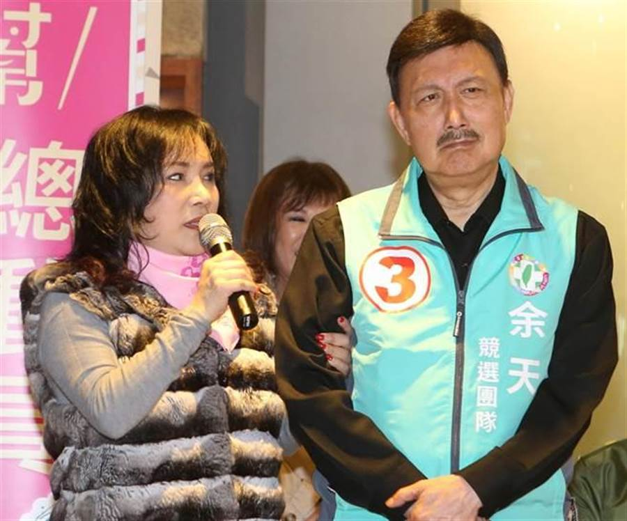 立委余天(右)、妻子李亞萍(左)。(圖/本報系資料照)