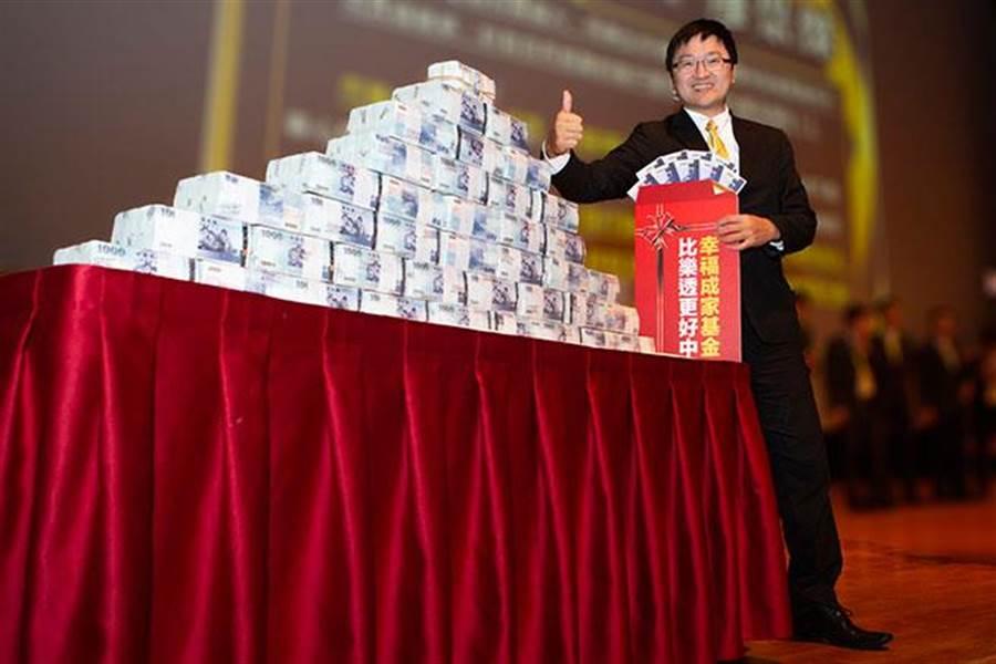 永慶房屋洪瑞豪,在今年1月份拿到幸福成家獎金,和六千萬錢山合影留念。(圖/永慶房屋提供)