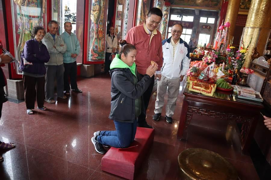 台南市官田區慈聖宮8日上午舉辦恭祝福德正神聖誕祭典,並開放發財金擲筊。(劉秀芬攝)