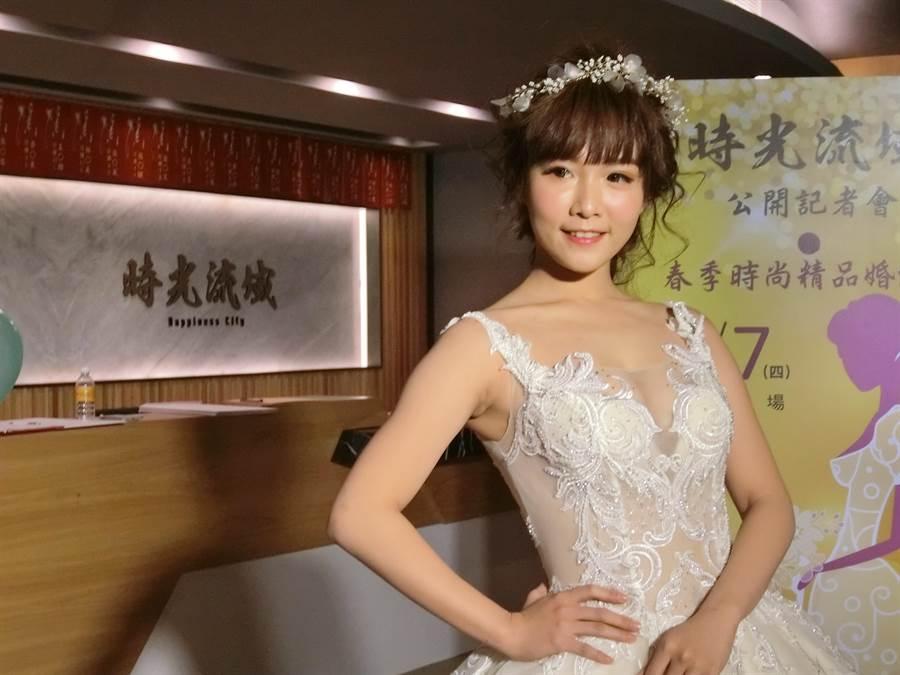 《時光流域》建案結合三民路婚紗業「帝芬妮精品婚紗」,在接待會館舉辦喜氣洋洋的春季時尚大秀。(盧金足攝)