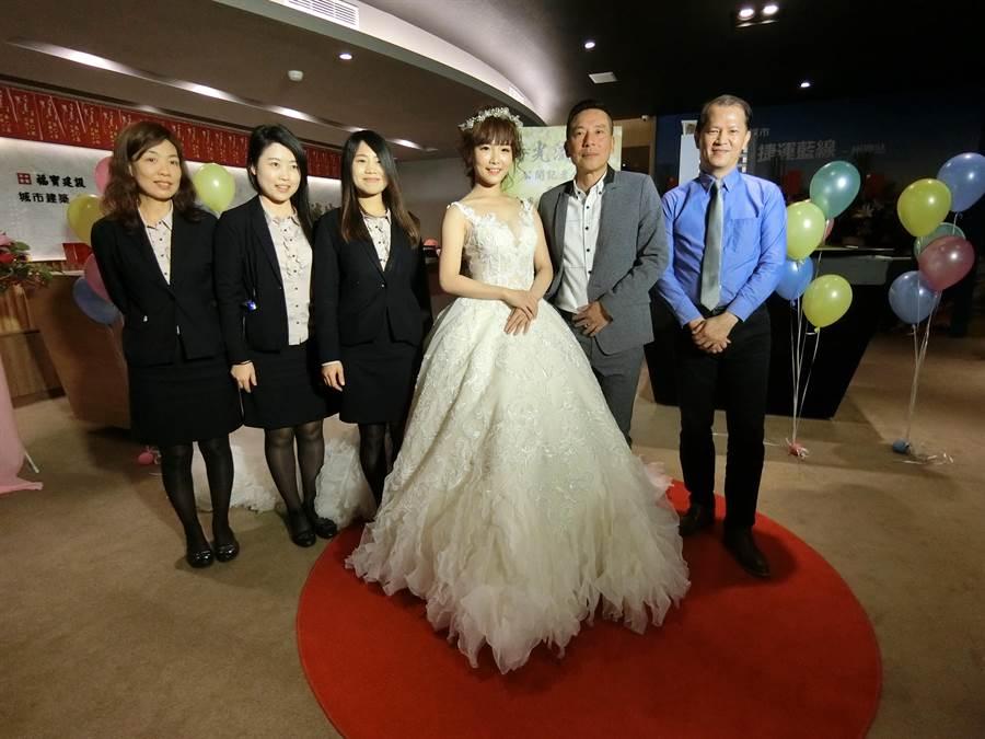 婚紗業「帝芬妮精品婚紗」,在《時光流域》建接待會館舉辦喜氣洋洋的春季時尚秀。(盧金足攝)
