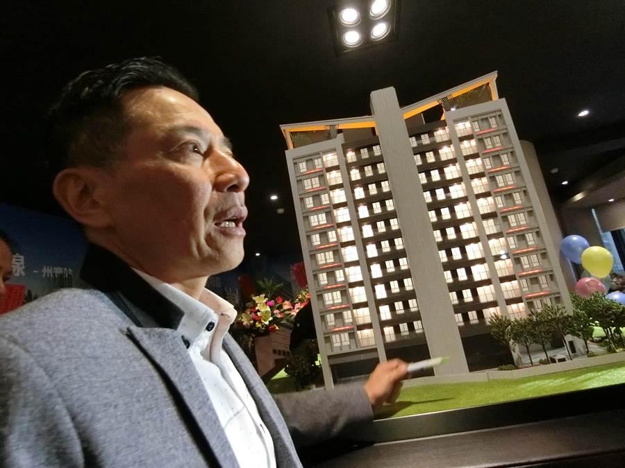 福寶建設董事長陳慶曄特別為住戶配置機們位,設在一樓後院的「頂蓋式機車停車區」,不怕愛車日曬雨淋。(盧金足攝)