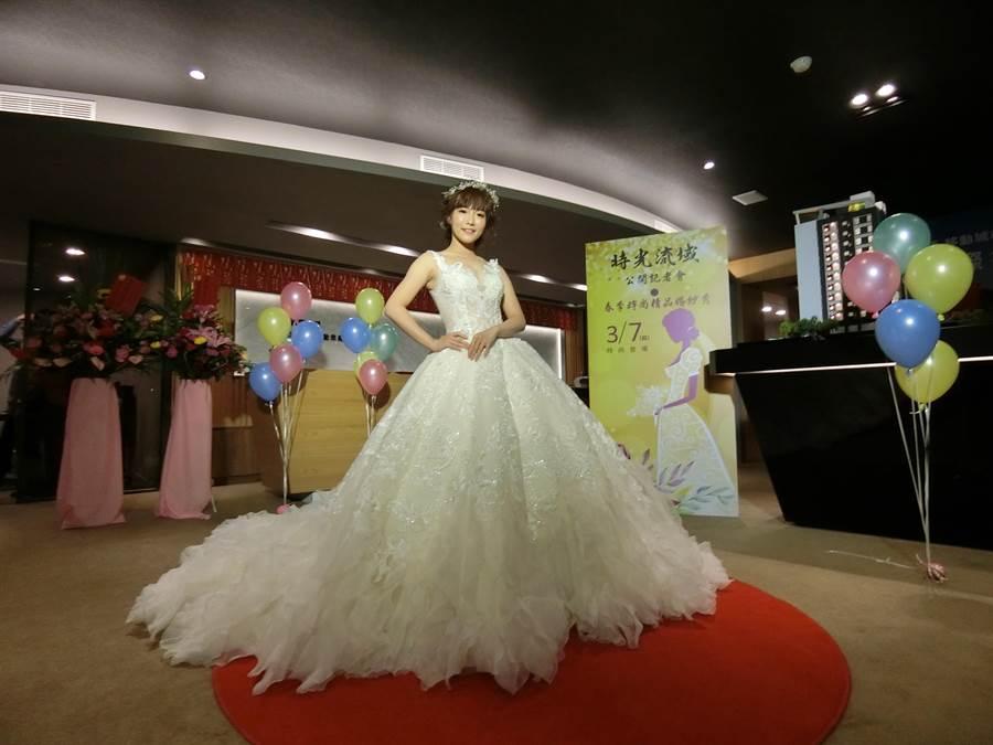 手工精細,創意十足的婚紗,展現台灣在地婚紗的氣質和品質 ,抓住大家的目光。(盧金足攝)