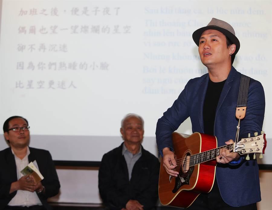獨立音樂歌手吳志寧(右一)演唱詩人父親吳晟(中)所做的〈負荷〉一詩。(季志翔攝)