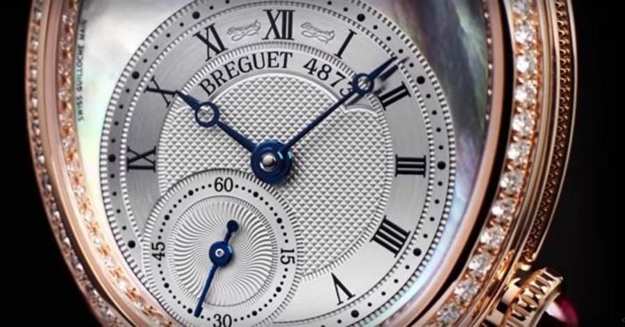 錶盤璣刻雕花與寶璣式藍鋼指針都是品牌獨有的經典細節。