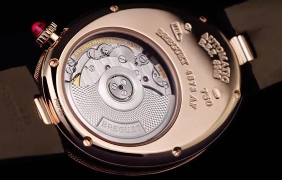 藍寶石水晶玻璃錶背可見寶璣機芯運轉美景。