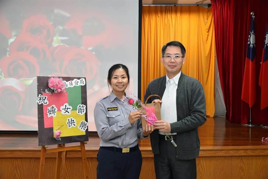 烏日警分局長吳耀南(右)代表分局贈送玫瑰花、面膜等禮品給女警,祝她們婦女節快樂。(林欣儀翻攝)