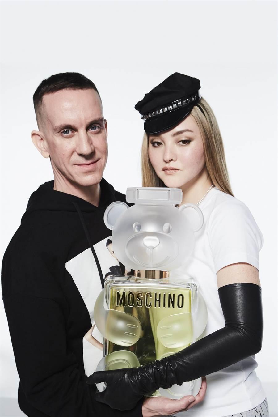 超模Devon Aoki(戴文•青木)與設計師Jeremy Scott合作,再創品牌經典之作。(MOSCHINO提供)