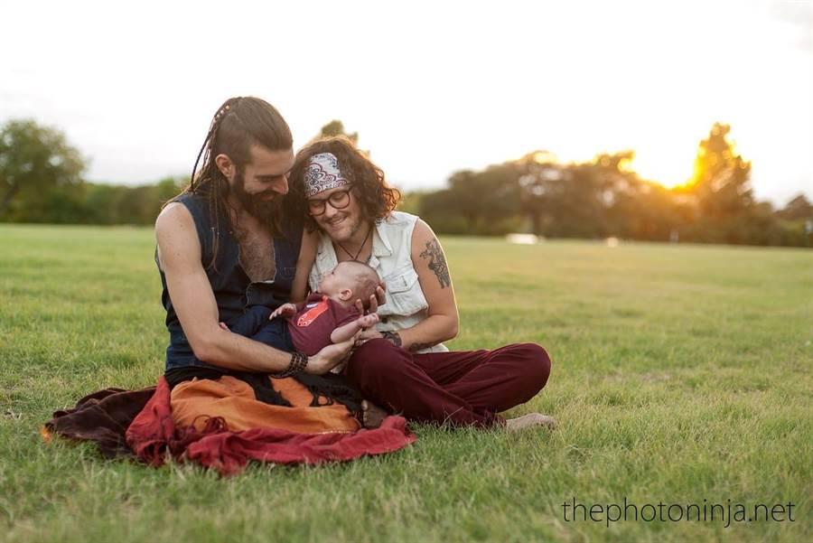 鬍子哥懷胎十月生寶寶!「父子均安」溫馨照曝光(圖/翻攝自臉書/Stephan Gaeth)