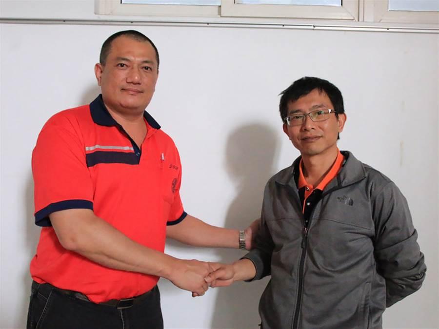 死者父親陳奇生(右)與肇事潘姓司機(左)。(中央社)