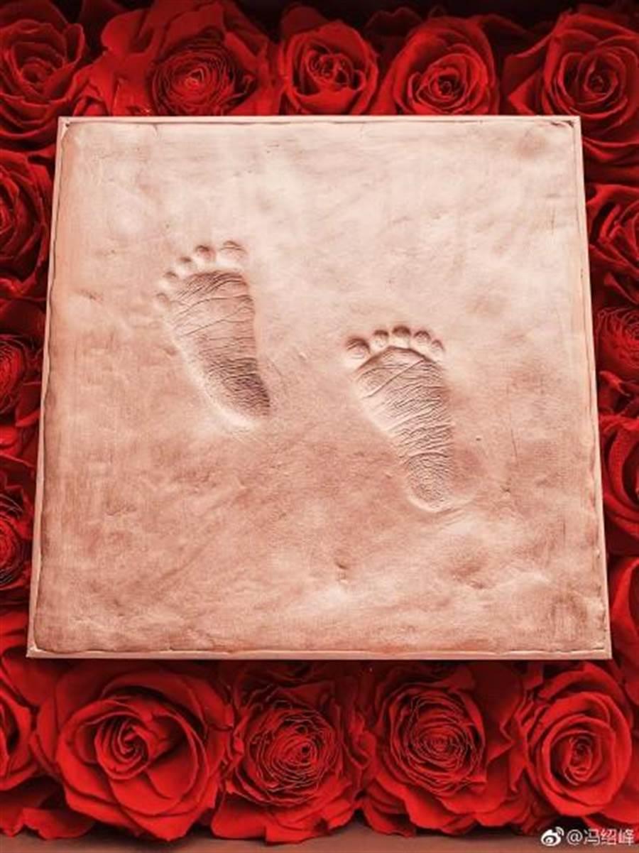 冯绍峰晒出儿子脚ㄚ照。(图/翻摄自微博)