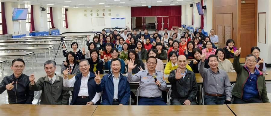 台南市政府警察局為感謝女性同仁在工作崗位上的辛勤付出,特結合視障團體辦理按摩舒壓活動。(劉秀芬翻攝)