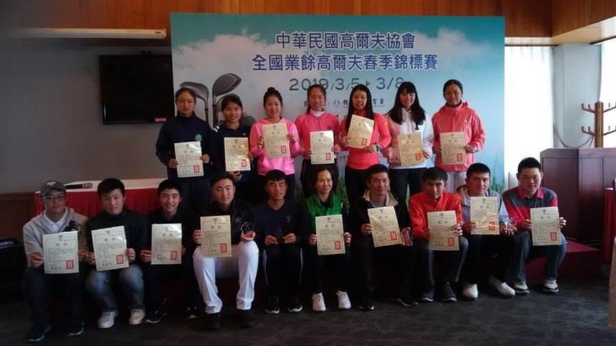 中華高爾夫協會選訓會主委邱鳳玉(前排右5)與108年春季賽所有獲獎選手合影。(圖/中華高協提供)