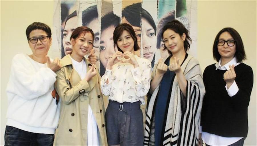 編劇呂蒔媛(左一)率主要演員周采詩(右二)、陳妤(左二)、林予晞(中)出席女性限定特映會。公視提供