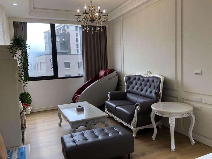 VIP房型有獨立小客廳。(蔡依珍攝)