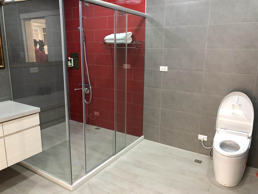 專屬浴廁空間寬闊。(蔡依珍攝)