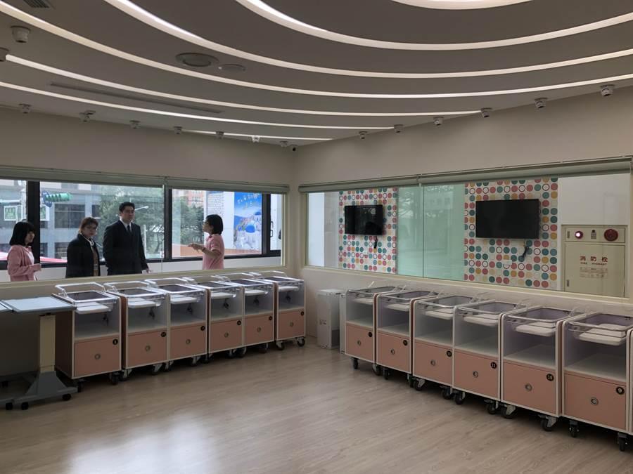 嬰兒室全天候不關窗,且採1嬰兒1攝影機,24小時寶寶智慧監控,透過APP可同時讓15名親友觀看。(蔡依珍攝)