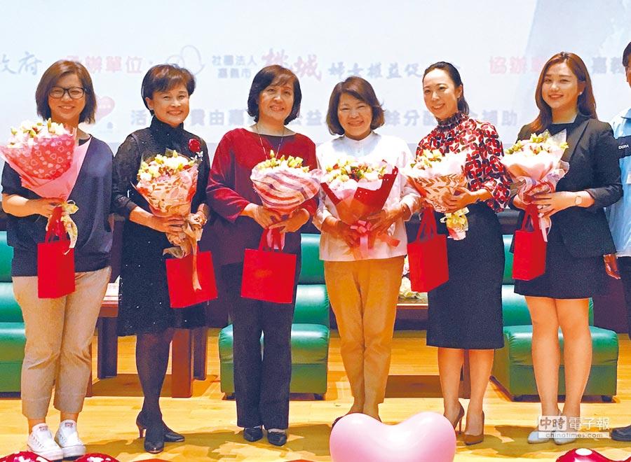 嘉義市長黃敏惠(右三)與各世代傑出女性分享拚經濟的故事。(廖素慧攝)