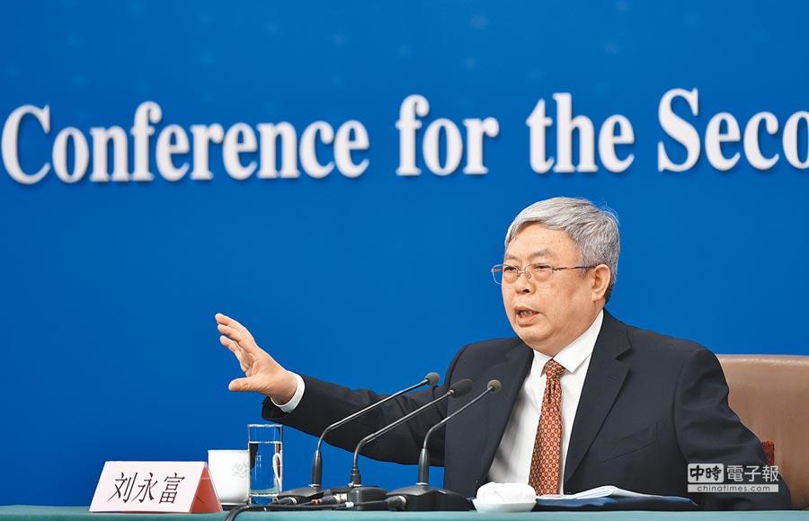 國務院扶貧辦主任劉永富7日回答記者提問。(新華社)