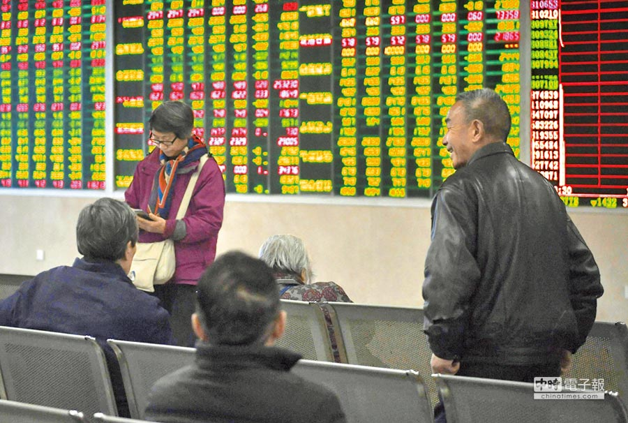 3月7日,成都某證券營業廳內的股民關注大盤數據。(中新社)