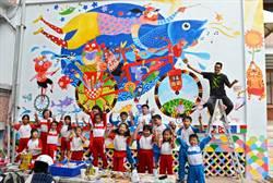 小村畫家赴2年之約 將台灣燈會黑鮪畫上校園壁牆