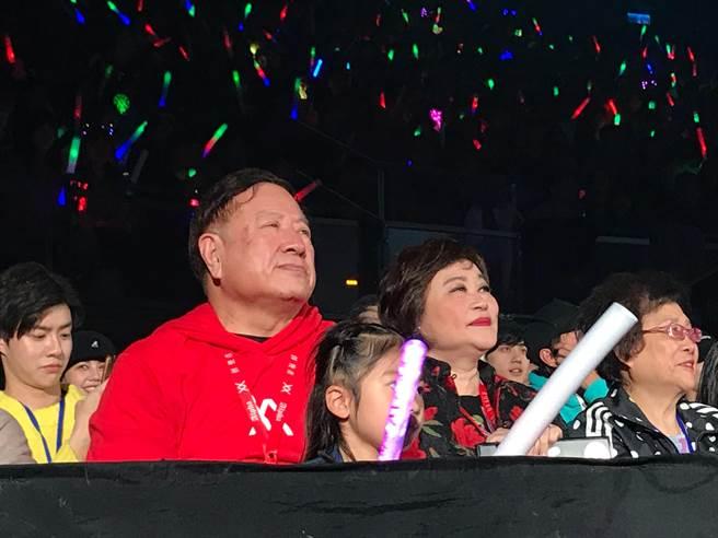 潘爸、潘媽今坐台下欣賞演唱會。(盧禕祺攝)
