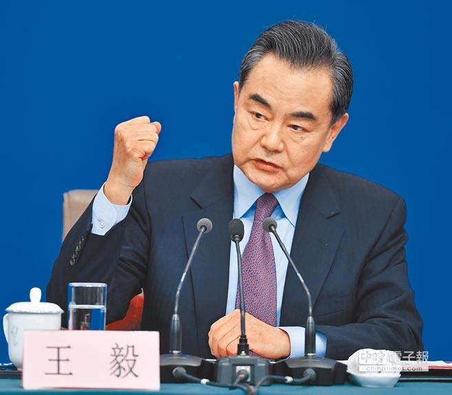 大陸十三屆全國人大二次會議新聞中心8日舉行記者會,邀請國務委員兼外交部長王毅就「中國外交政策和對外關係」相關問題回答中外記者提問。(中新社)
