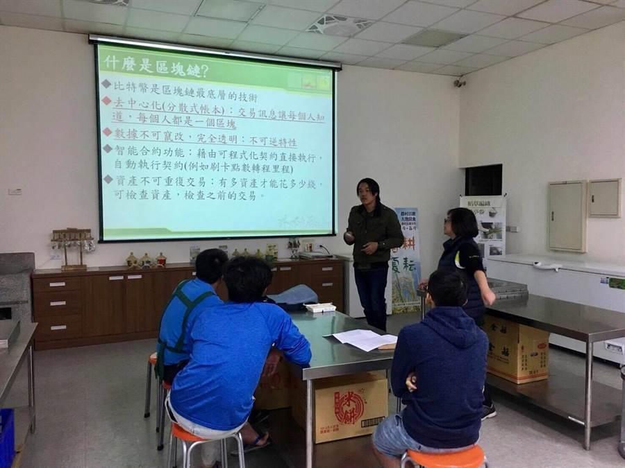 青農魏瑞廷(中)分享科技如何與傳統稻米產業作結合。(楊漢聲攝)