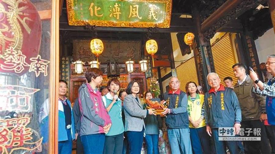 蔡英文總統(左三)參加祀典武廟揭匾儀式。(程炳璋攝)