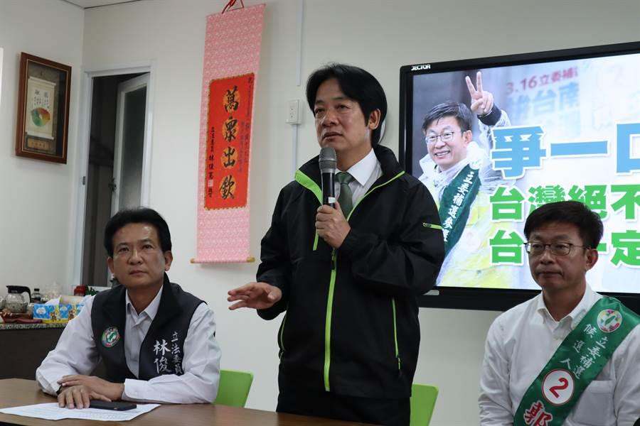 賴清德(中)強調,民進黨雖然只剩一口氣,但絕對會爭氣,呼籲台南的鄉親要團結,爭一口氣守護台南的民主。(劉秀芬攝)