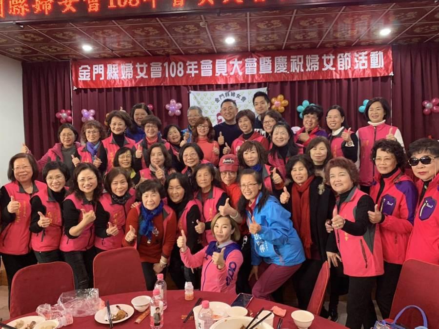 陪同洪麗萍出席婦女會活動,蔣萬安成婆媽吸票機。(本報資料照)