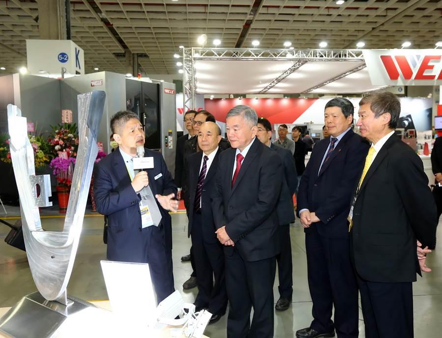 經濟部長沈榮津(左三)、外貿協會秘書長葉明水(右二)及機械公會理事長柯拔希(左二)參觀東台集團攤位。圖/外貿協會提供