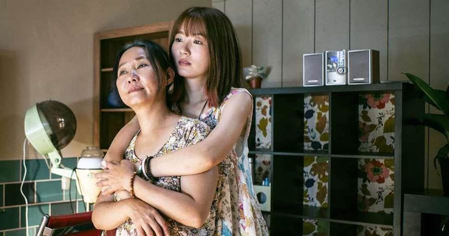 呂雪鳳與劇中新演員許安植對戲。(公視提供)