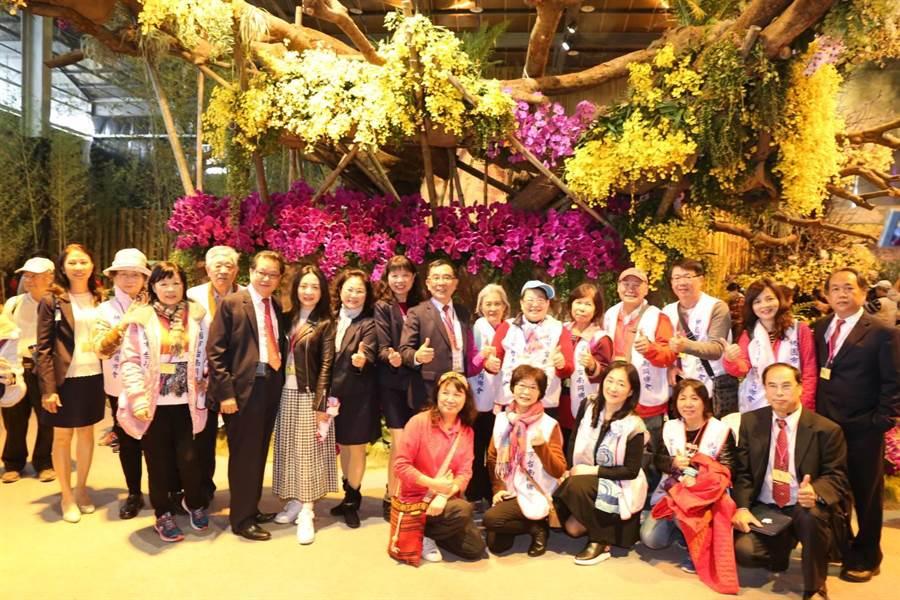 台南旅外同鄉聯誼會參訪蘭展,直誇台南花卉產業發展好。(程炳璋翻攝)