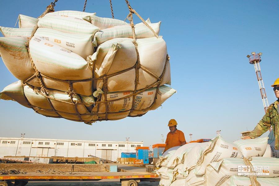 大陸江蘇南通市一處碼頭,工人正在將進口的大豆卸貨。大陸上個月承諾購買額外1000萬噸的美國大豆,首波採購至少50萬噸,將於今年中到貨。(路透資料照片)