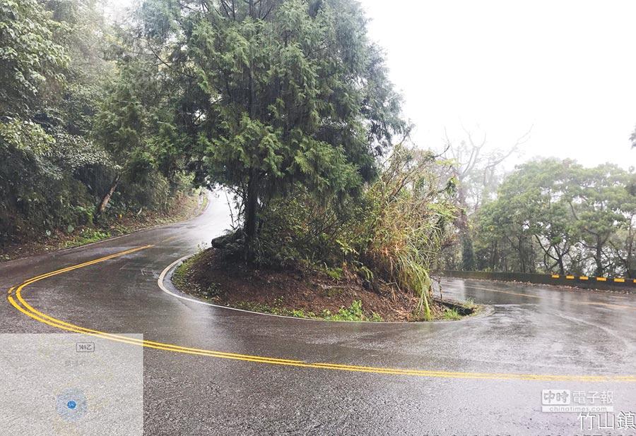 149乙線1公里至4公里有4個髮夾彎,南投縣府允諾年底前完成擴寬。(周麗蘭翻攝)