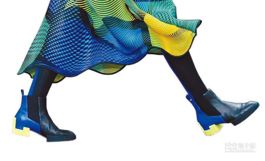 ISSEY MIYAKE將海軍藍、檸檬亮黃與黑色,組合成積木感的短靴。(CFP)
