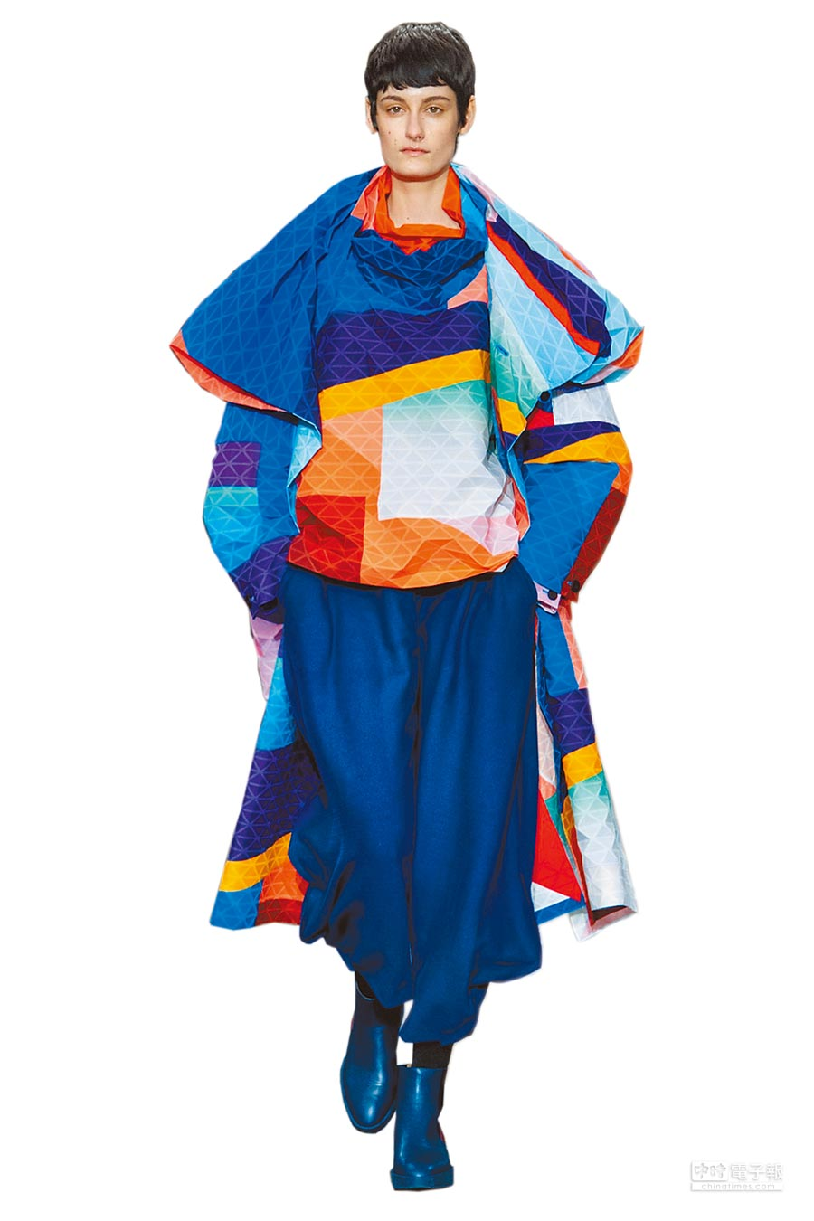 ISSEY MIYAKE的全新布料「BLINK」,菱形格紋讓人聯想到熱賣包款BAOBAO。(ISSEY MIYAKE提供)