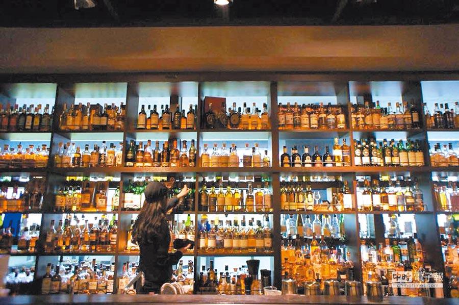 位於吧台後方的層架上,擺放著來自世界各地的威士忌。(取自小後苑Backyard Jr.臉書)