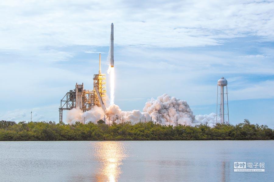 「獵鷹9」火箭在美國佛羅里達州的甘迺迪航天中心發射升空。(新華社資料照片)