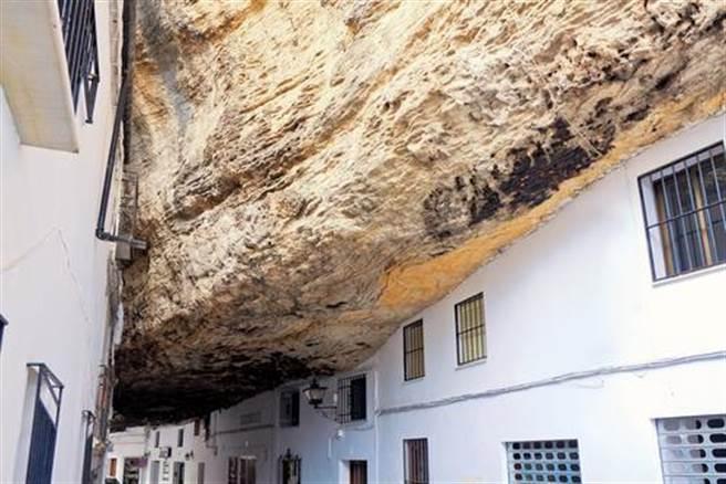 這小鎮被巨石砸中 數百年生活暗無天日(圖片取自/達志影像)