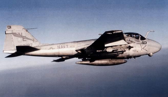 A-6E最後一代的入侵者攻擊機,雷達罩下方的光電追蹤器是最大的外型特徵,並可攜帶響尾蛇飛彈來自保。(圖/美國海軍)