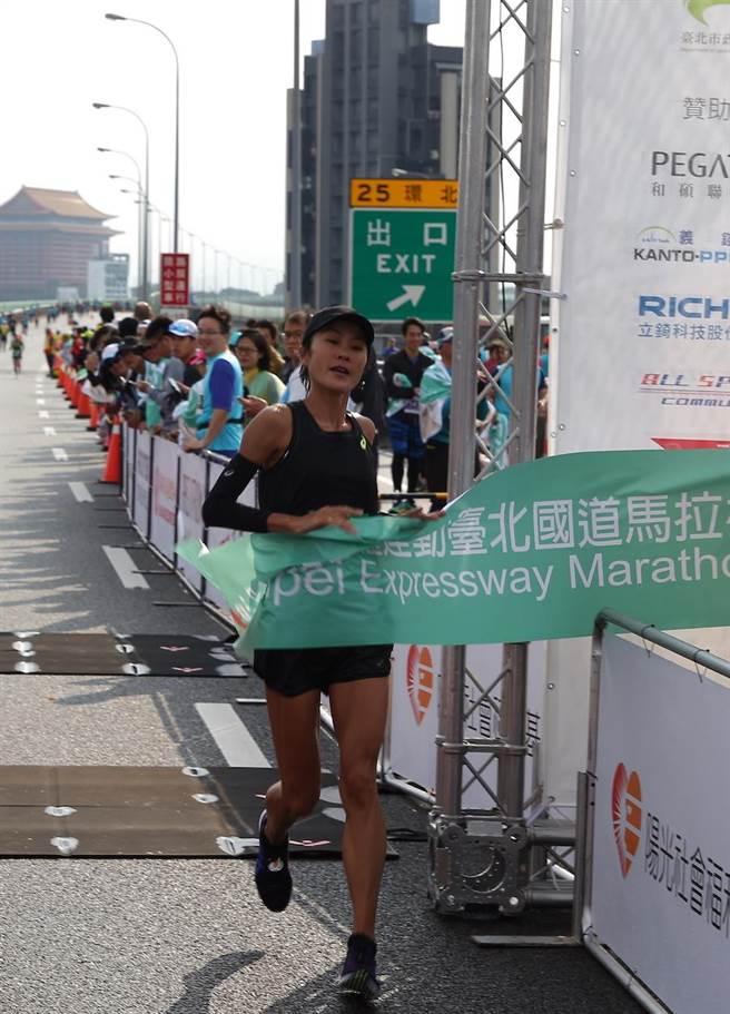 2019臺北國道馬拉松全馬女子冠軍傅婌萍,以2小時52分14秒獲得兩連霸。(主辦單位提供)