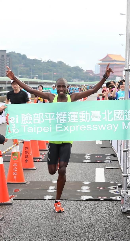 肯亞黑旋風席捲來台,再次以2小時31分31秒在臺北國道馬拉松拿下第三次冠軍。(主辦單位提供)