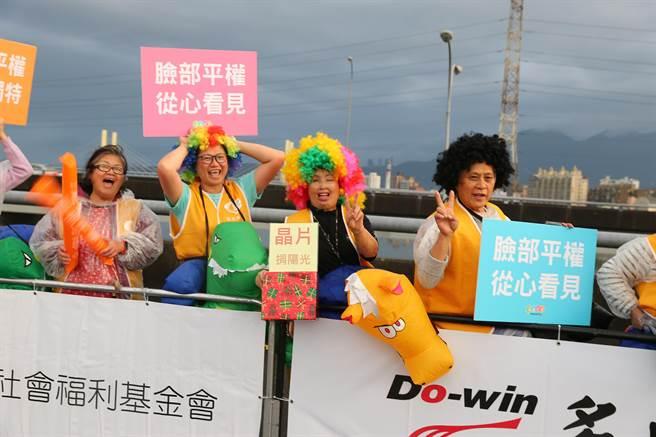 陽光基金會的傷友們在今日(10)臺北國道馬拉松成立加油團,精心打扮為抵達終點的跑者們加油打氣!(主辦單位提供)