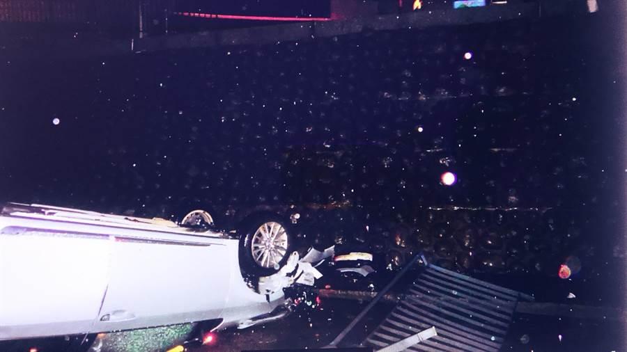 小客車撞毀護欄直衝麻園溪底,摔得四輪朝天。(陳淑芬翻攝)