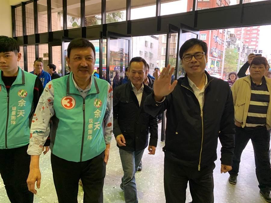 行政院副院長陳其邁(右二)到三重替余天助選,呼籲選民票投余天。(吳岳修攝)